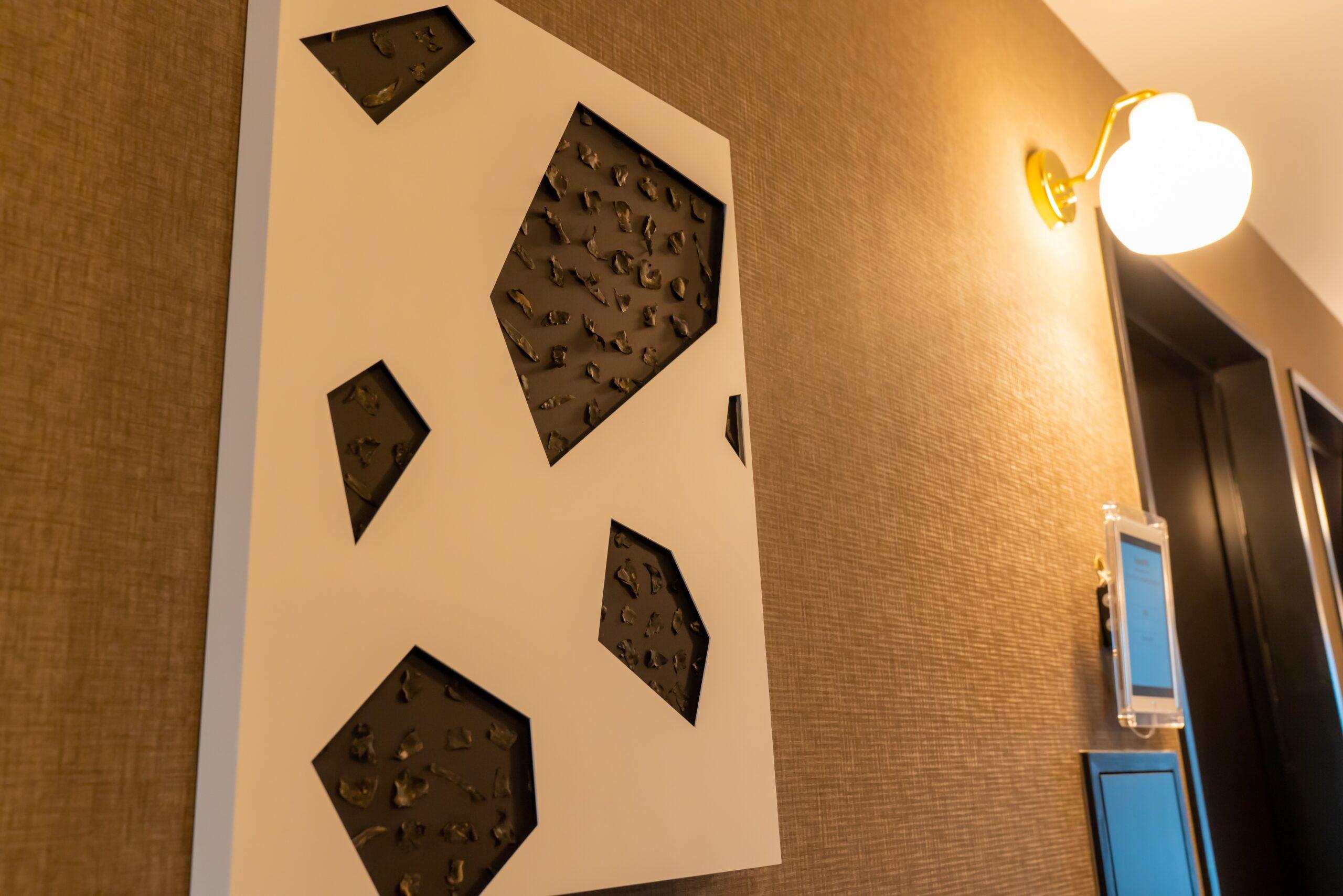 ホテルにいながら町の情報を キャッチできるアートワークを展示